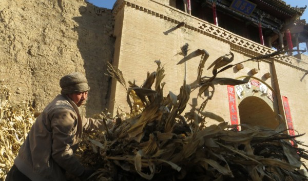 Loading dried cornstalks in front of the main gate of Shuixibao